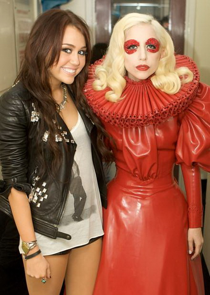 LadyGaga_MileyCyrus_WreckingBall
